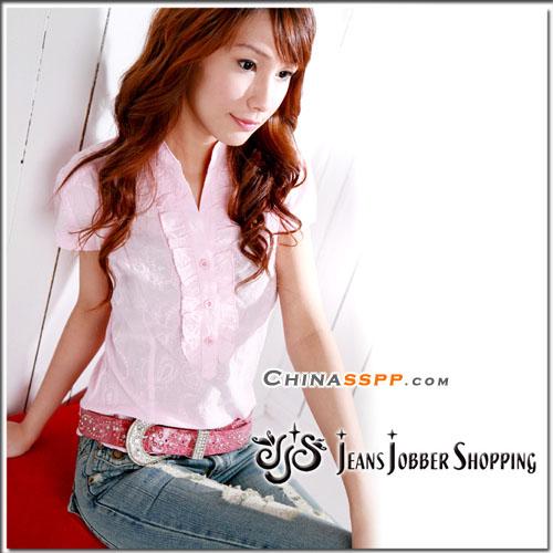 搭配出甜美可爱的风格,可以多穿一些粉色黄色等娇嫩色彩的衣服,在